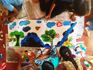 Bambini in Sri Lanka durante il corso di Arte Terapia con Lou