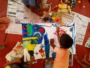 Bambini disegnano a scuola