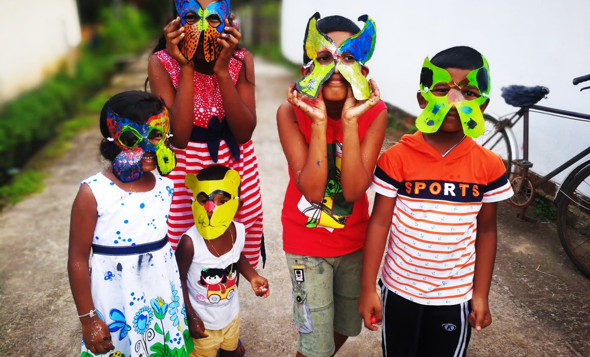 Bambini con maschere realizzate a mano