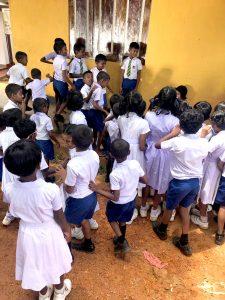 Classe di bambini in Sri Lanka