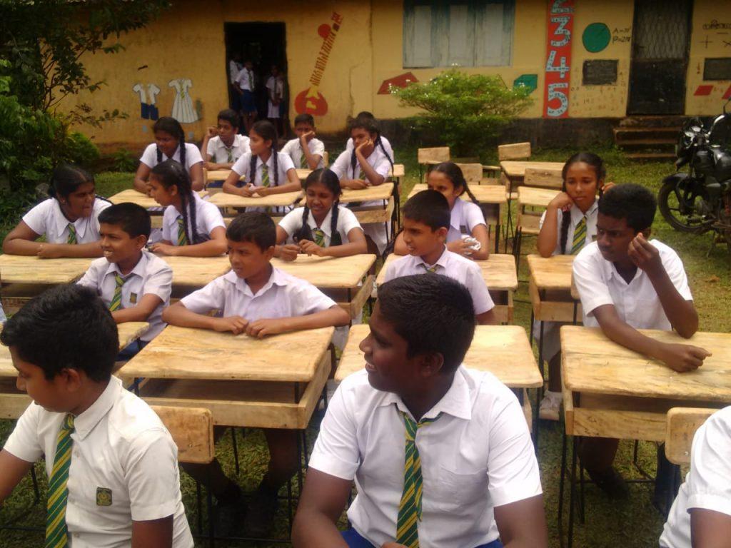 Alunni dell'asilo di Mahawila seduti sui nuovi banchi appena consegnati