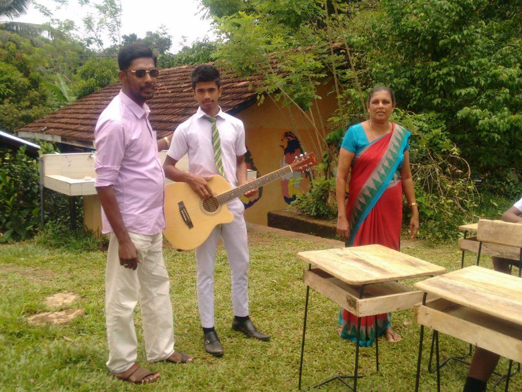Nuova chitarra per le lezioni di canto